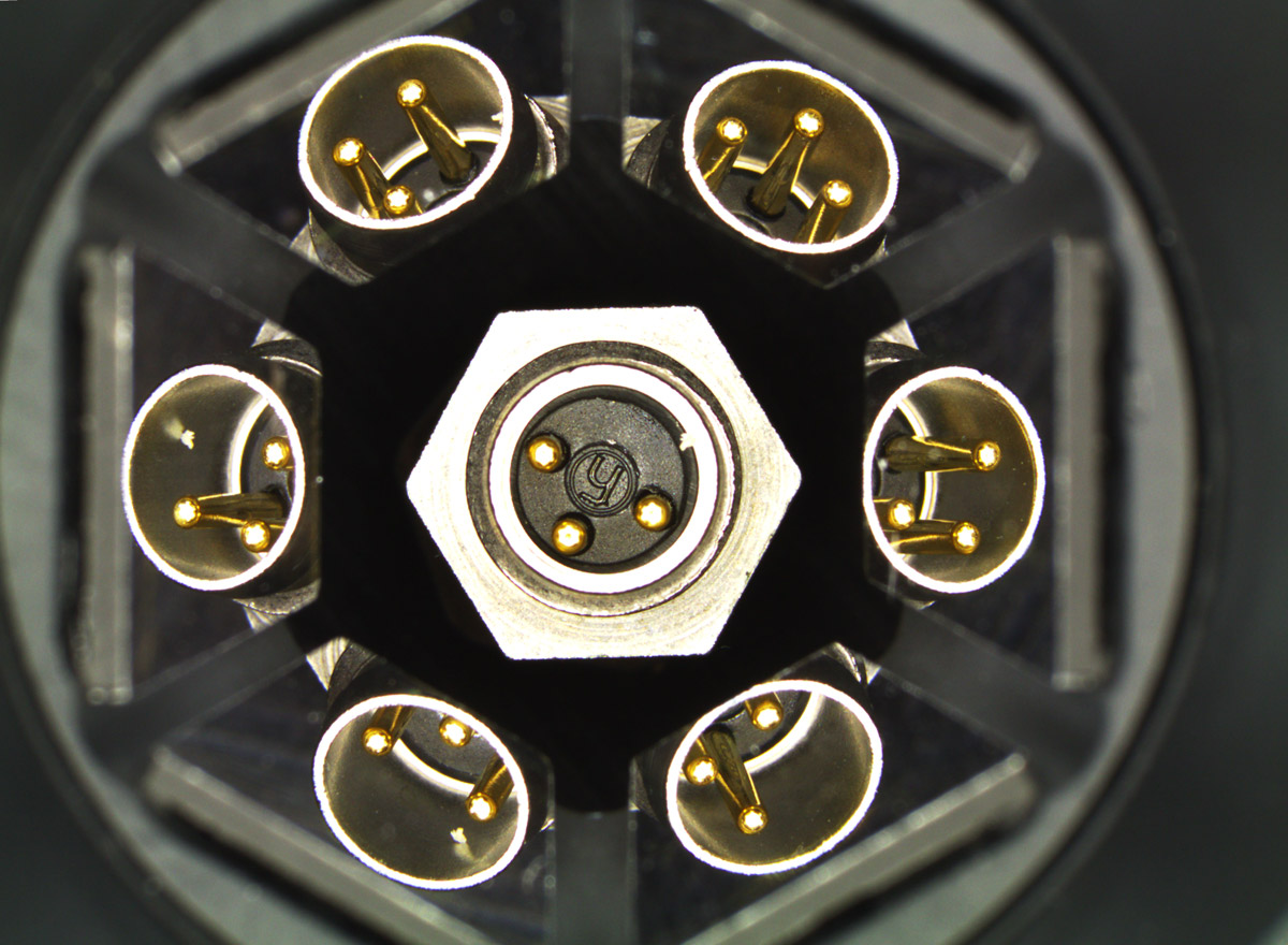 Electronic connector imaged by a PCMP micro-polyview